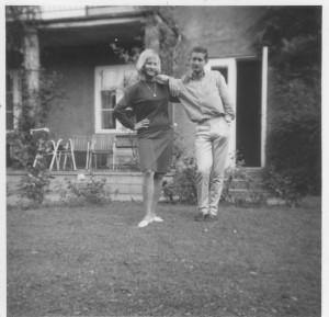 Gentoftevej 21, Aarhus. MIn lillesøster Helle født 1947 og jeg i vor have august 1964. Foto august 1964.