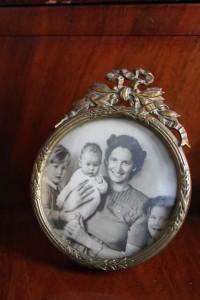 Birthe Ursule født 1916 med sine 3 børn: Helle født 1947 på armen, jeg Erik Kristian født 1945 og storesøster Marianne født 1943. Foto 1947