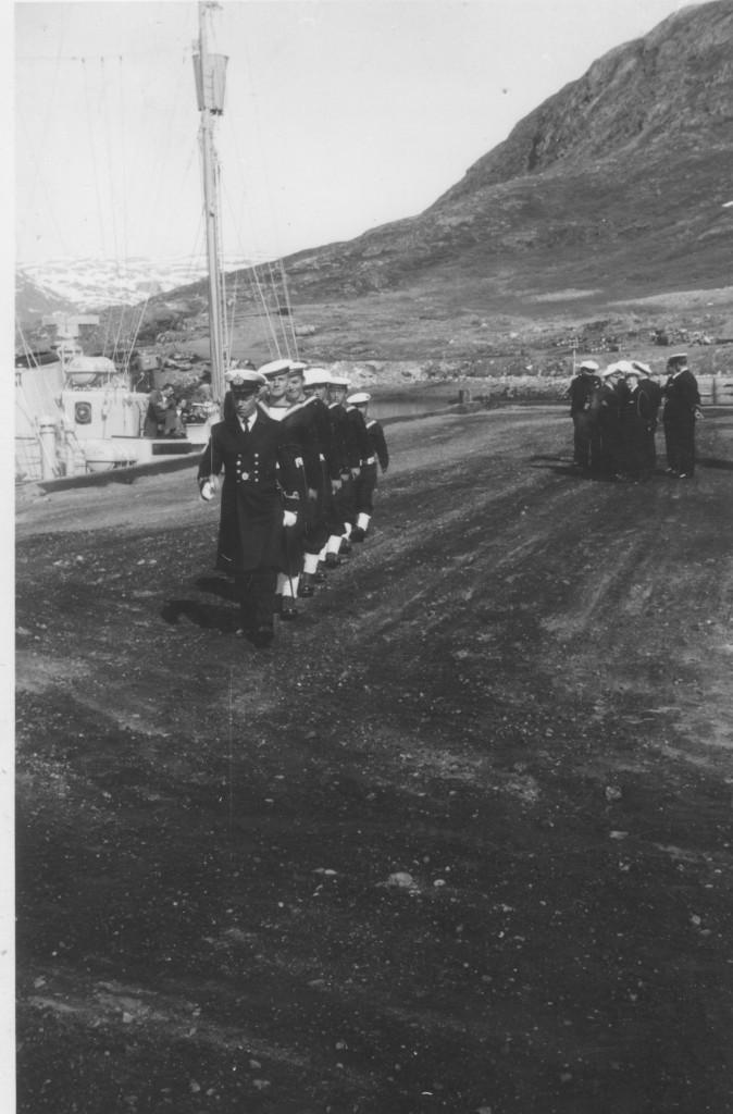 Flådestation Grønnedals kajanlæg. Grøndlandske og danske orlogsgaster ankommer for modtagelse af den amerikanske ambassadør. Foto 1965 af Erik K Abrahamsen.