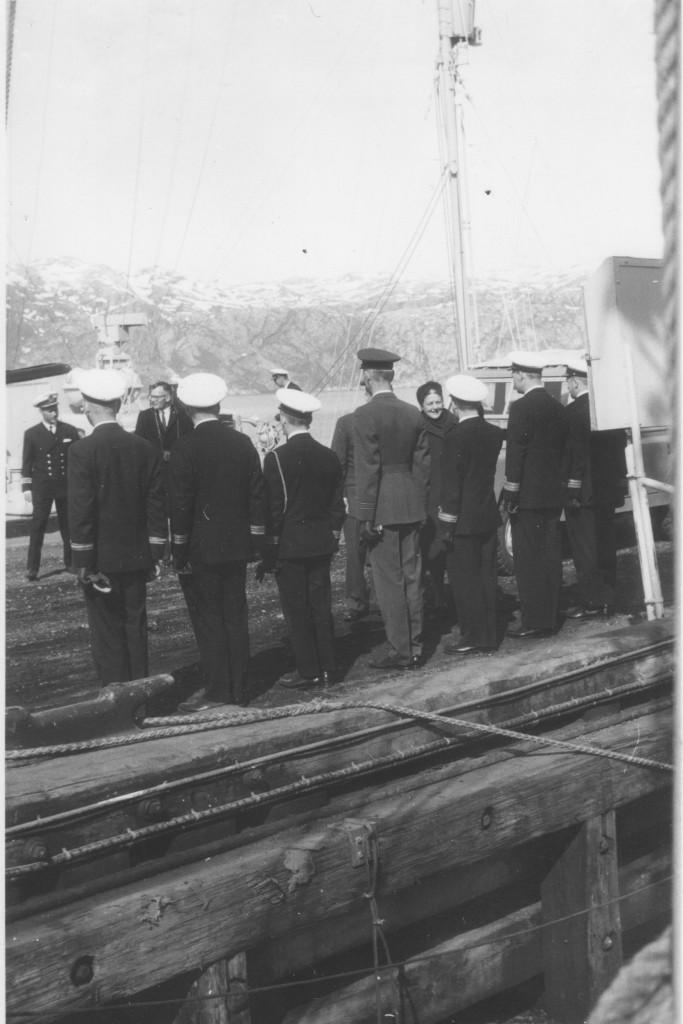 Søofficerer fra Grønlands Kommando og Flådestation Grønnedal hilser på den amerikanske ambassadør. Foto forår 1965 af Erik K Abrahamsen.