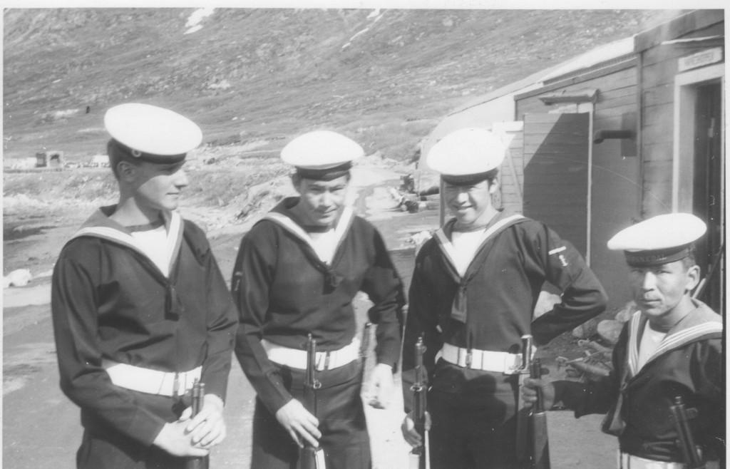 3 grønlandske og en dansk orlogsgast slparre af efter modtagelsedsen af den amerikanske ambassadør.