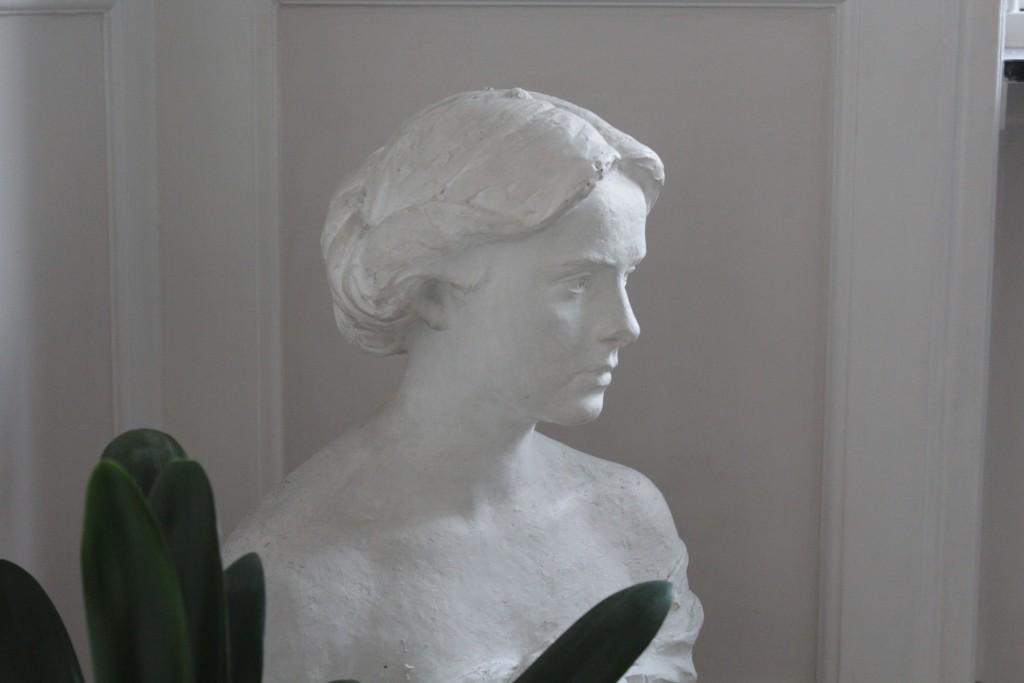 Skupltur af Laurits Tuxen: Yvonne Tuxen, gips, 1926. Foto den 17. maj 2017 af Erik K Abrahamsen.