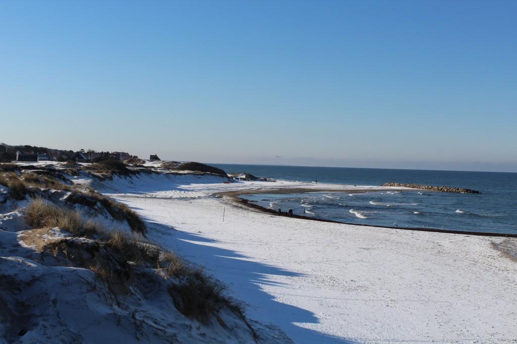 Liseleje Strand. udsigt mod bølgebryderen Pynten og opladningsplads for fidskefartøjer. Foto januar 2015 af Erik K Abrahamsen