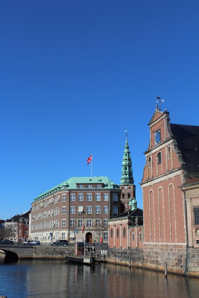 Forsvarsministeriet med Holmens Kirke - Søværnets ombyggede smedje i 1617-19 til højre i billedet. Foto den 12. marts 2015 af Erik K Abrahamsen