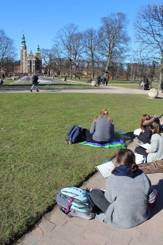Elever på tegnekursus i Kongens Have. Foto den 12. marts 2015 af Erik K Abrahamsen