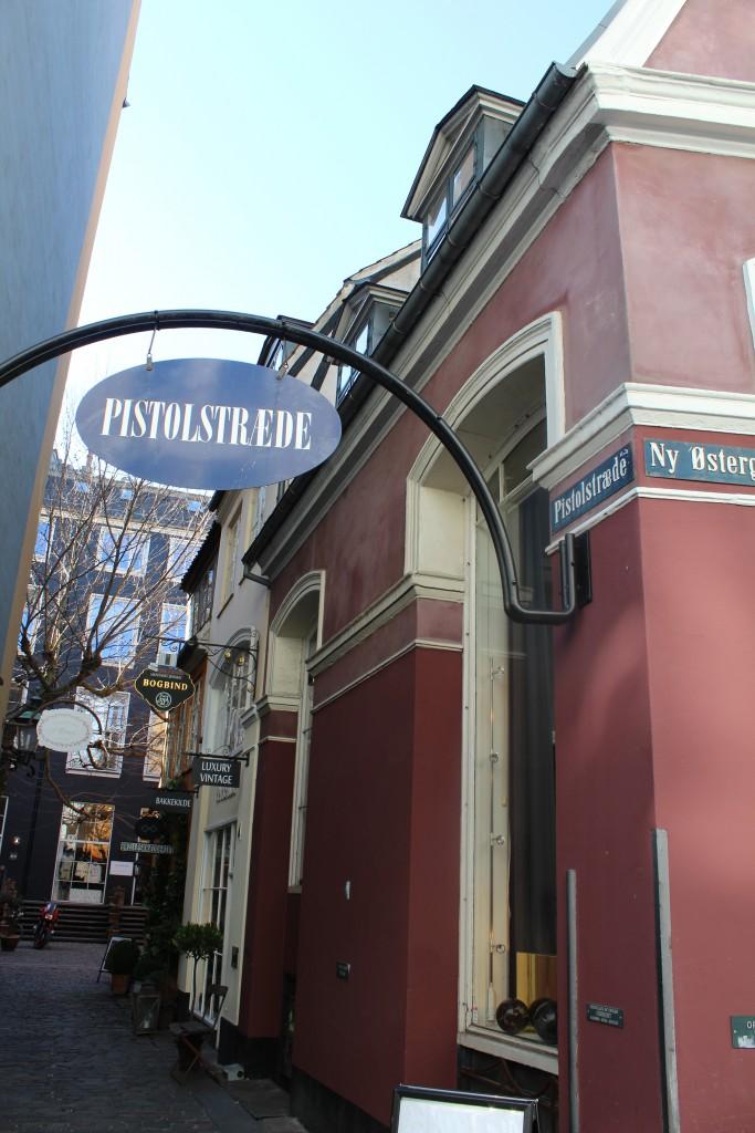 Pistolstræde set mod indgangen fra Ny Østergade.I 1971 vra strædet restaureret og bygninger blevet fredet Restaureret