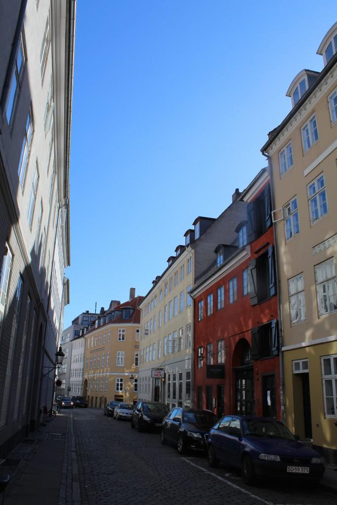 Nikolajgade ved Nikolaj Plads og Kirke. Foto den 12. marts 2015 af Erik K Abrahamsen