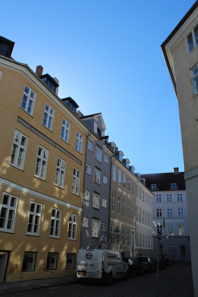 Dybensgade mellem Nikolajgade og Admiralgade. Pakhus bygget ca. 1800 efter den store brand i 1795 i København. Foto i rretnig mod Admiralgade den 12. marts 2015 af Erik K Abrahamsen