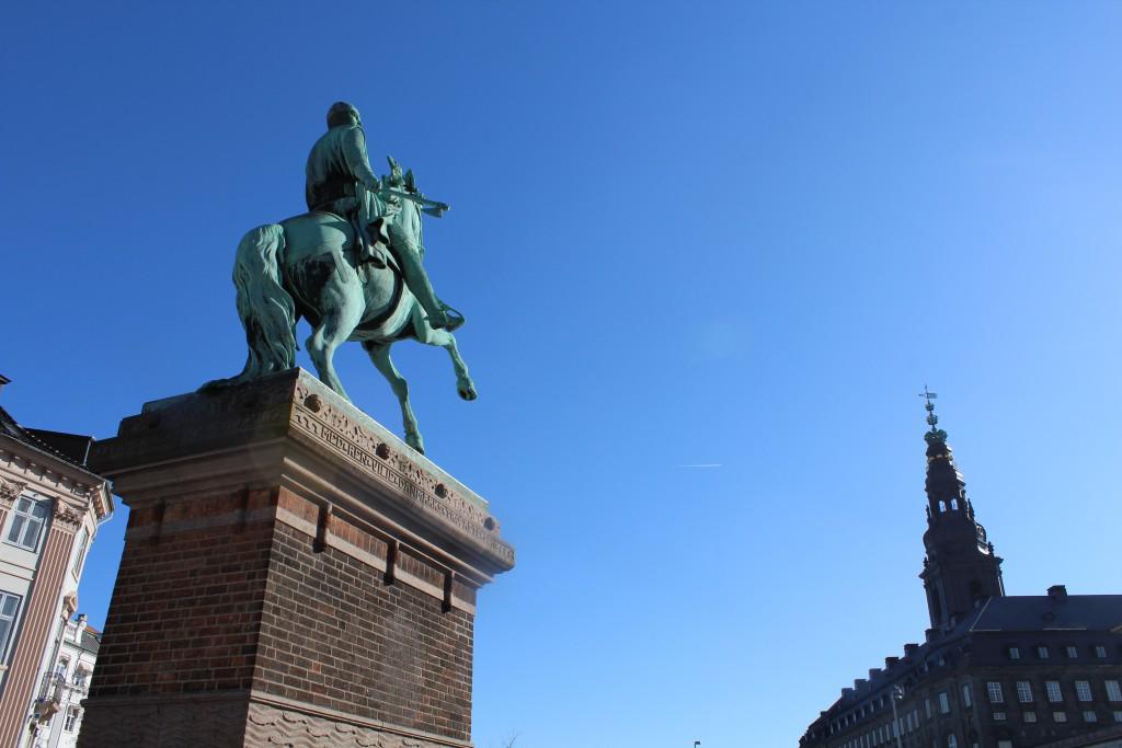 Absalon som hærfører skuer mod magtens centrum: Slotsholmen med Christiansborg Slot opført 19007-16 af slotsarkitekt Thorvald Jørgensen (1867-1946. Foto den 12. marts 2015 af Erik K Abrahamsen