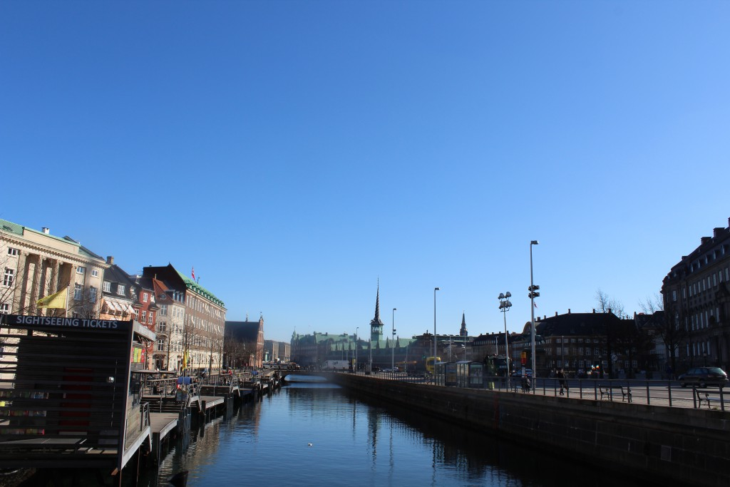 Udsigt fra Højbro mod Holmens Bro, Holmens Kirke, Børden og Christiansborg Slot til højre i billedet. Foto den 12. marts 2015 af Erik K Abrahamsen