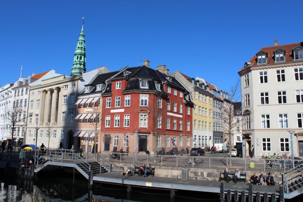 """Afslapning i forårssolen lang bolværker i Slotsholmens Kanal ud for """"Ved Stranden"""" og Boldnusgade. Foto den 12. marts 2015 af erik k Abrahamsen"""