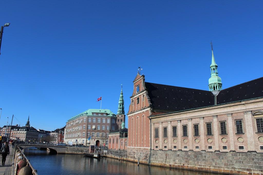 Udsigt mod Holmens Bro, Holmens Kirke ombygget 1619 med vestfløjen gravkapel opført 1709, Nikolaj Kirketårn, Højbro og Rytterstatuen af Absalon. Fot den 12. marts 2015 af Erik K Abrahamsen