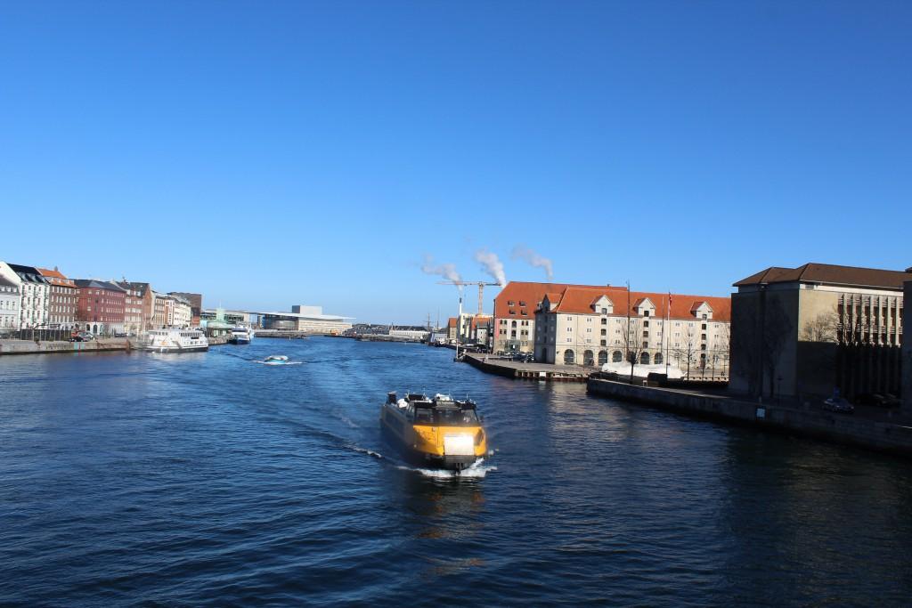 Udsigt fra Knippelsbro ud over København Inderhavn mod Udenrigsministeriet, Eightsved Pakhus og Operaen i billedets baggrund. Foto i retnig øst den 12. marts 2015 af Erik K Abrahamsen