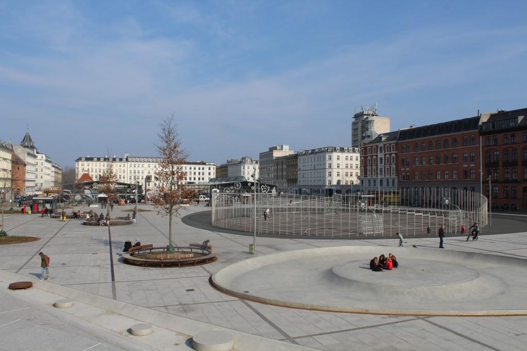 Israels Plads nyrenoveret og i indviet i 2014. I baggrundes se Torvehallerne mellem og Frederiksborggade. Foto den 16. marts af Erik K Abrahamsen