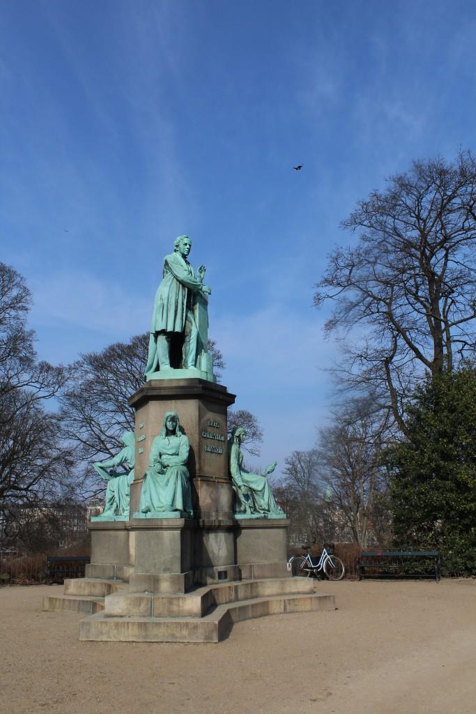Statue af H.C. Ørsted 1777-1851, fysiker og kemikser - verdensberømt for opdagelsen i 1820 af elektromagnetismen. Foto den 16. marts 2015 af Erik K Abrahamsen