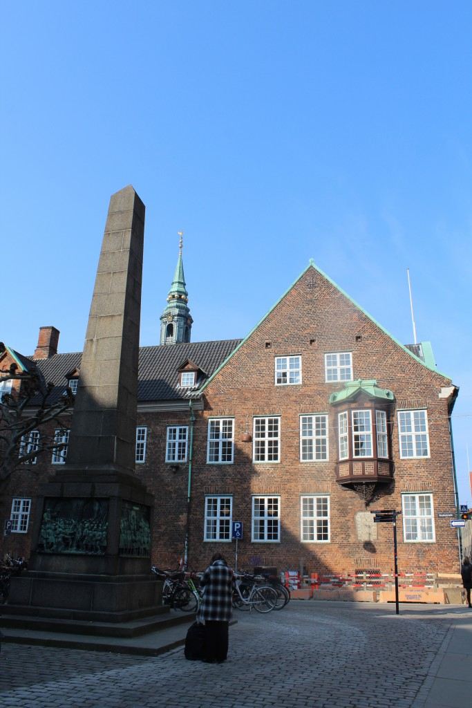 Bispetorvet med monument til minde om Reformationen i 1536, Bispegården, som var rådhus i 1400-tallet og Sct . Petri Kirkes tårn og spir i baggrunden. Foto den 16. marts 2015 af Erik K Abrahamsen
