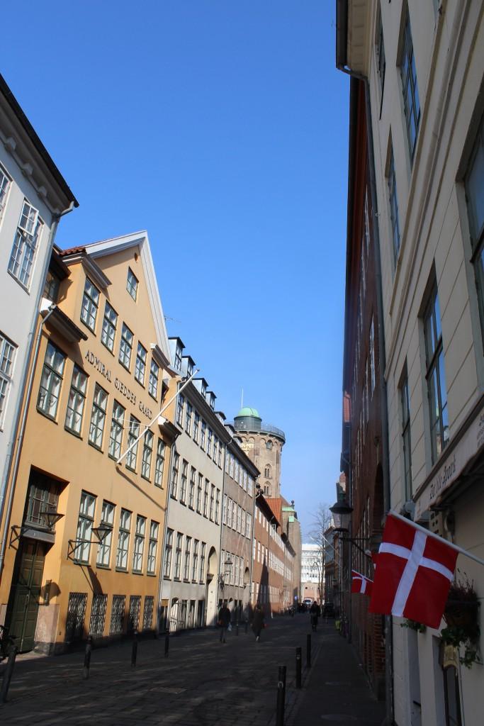 Store kannike Stræde medAdmiral Gjedde Gård opført i 1600 tallet og ombygget med mellem, bag- og baghus og forhus med 5 fags vinduesfacade i 1700-tallet. Hele Admiral Gedds Dård belv gennemrenoveret 1918-20 og er i dag en af de flneste gamle bygninger i København. Foto den 16. marts 2015 af Erik K Abrahamsen