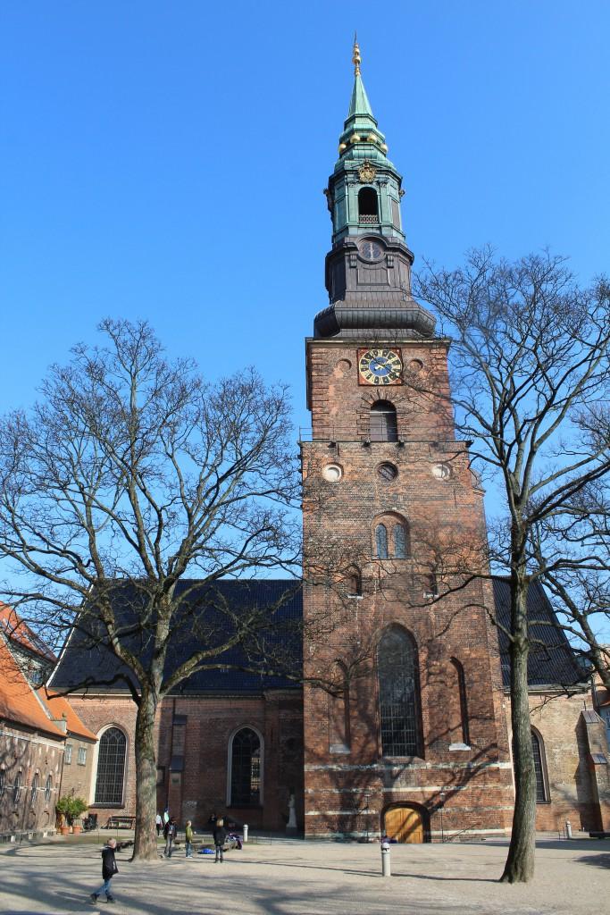 Sct. Petri kirke opført i gotisk stil i 1600-talet oven på ruiner af tidlegere Sct. Peders Kirke bygget i 1200-tallet. En af København ældste kirker. TiGravkapeller fra 1680-erne i billedets venstre side. Foto den 16. marts 2015 af erik K Abrahamsen