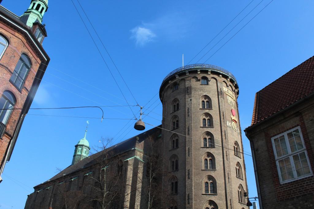 Rundetårn og Trinitatis Kirke. Rebus af Kong Christian de 4. ses som udsmykning på tårnets facade mod Regensen til højre i billedet. Fot den 16. marts 2015 af Erik K Abrahamsen