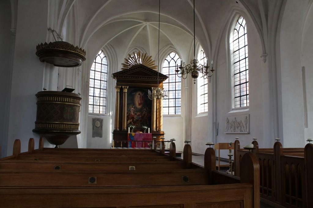 Sct. petri Kirke. Kig gennem kirkeskibet mod alter. Foto marts 2015 af Eriki K Abrajhamsen