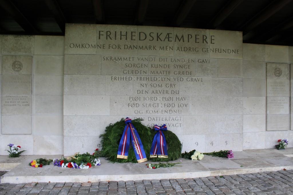 Pergola med mindetavler for 205 danske modstandsfolk hvis lig aldrig er fundet. Foto 4. maj 2015 af Erik K Abrahamsen