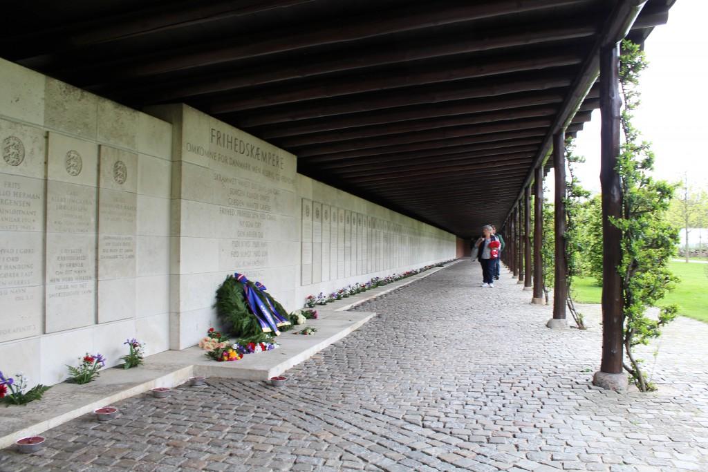Pergola med navne på 205 danske modstandfolk hvis lig aldrig er fundet. Foto den 4. maj 2015 kl. ca. 17 af Erik K Abrahamsen