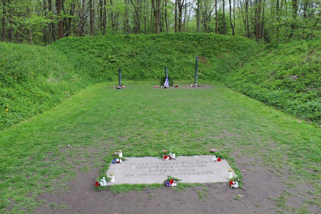 Henrettelsespladsen i Mindelunden Ryvangen. 3 pæle udført i bronze efter originale pæle hvor dømte danske modstandfolk blev skudt af tyske soldater. Fot den 4. maj 2015 kl. ca. 17.15 af Erik K Abrahamsen