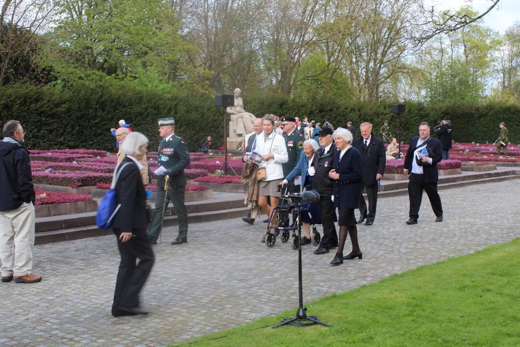 Personligt inviterede gæster og frihedskæmpere ankommer til Mindehøjtideligheden. Foto den 4. maj 2015 af Erik K Abrahamsen
