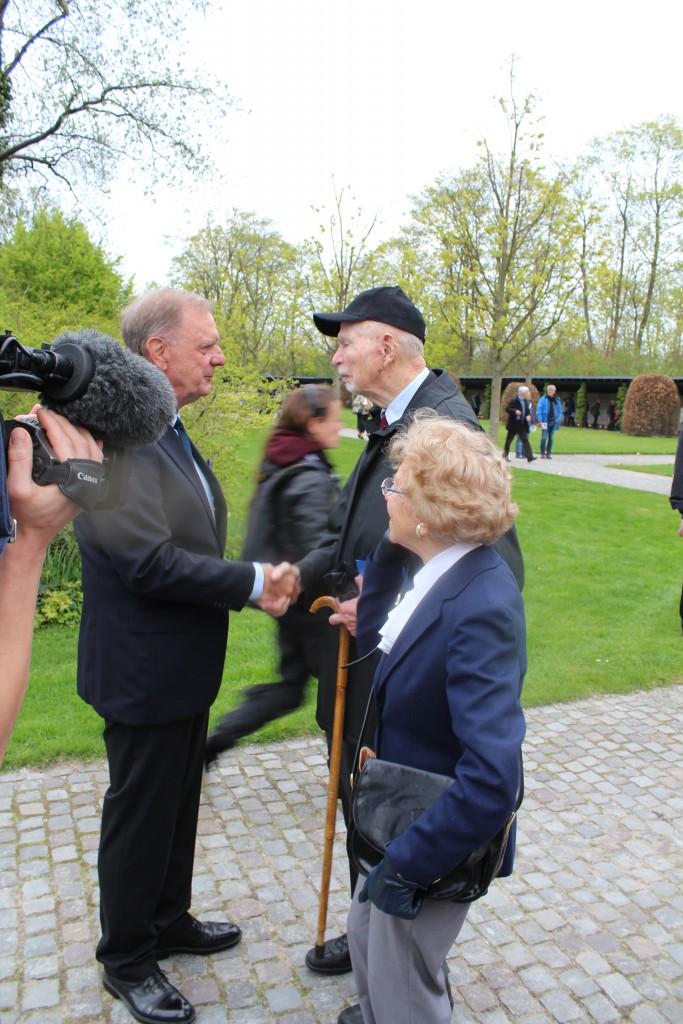 Personligt invitered gæster og frihedskæmpere ankommer til Mindehøjtidekigheden. Foto den 4. m