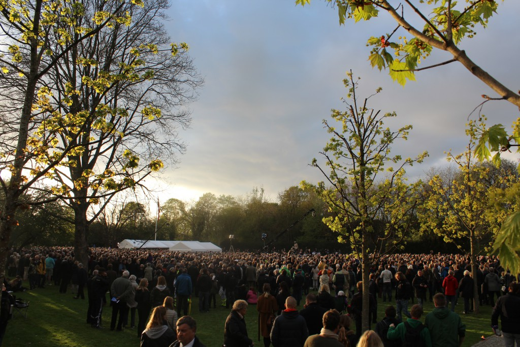 Flere tusinde mennesker deltog i Mindehøjtidelighed. Her med udsigt ud mod Det store Gravfelt og Monumentet i billdetes baggrund. Foto den 4. maj 2015 af Erik K Abrahamsen