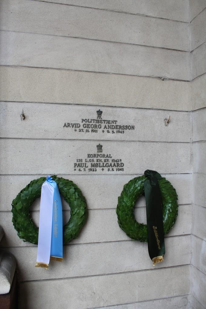 Mindeplader for 2 danske patrioter skudt under vagttjeneste på Amalienborg Slotsplads i 1945. Foto den 5. maj 2015 af Erik K Abrahamsen
