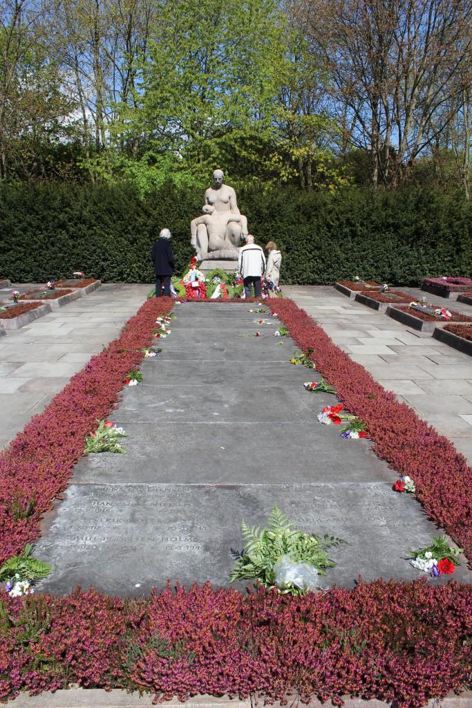 Det store Gravfelt med mindetave foran med navne på 91 modstandfolk som ligger begravet i ders respektive hjemstavnsegne. Foto den 6. maj 2015 af Erik K Abrahamsen