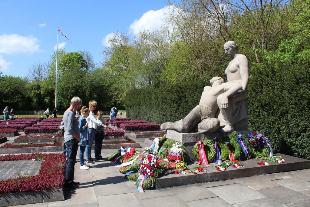 Monument udført af Axel Poulsen, Det store Gravfelt. Foto den 6. maj 2015 af Erik K Abrahamsen