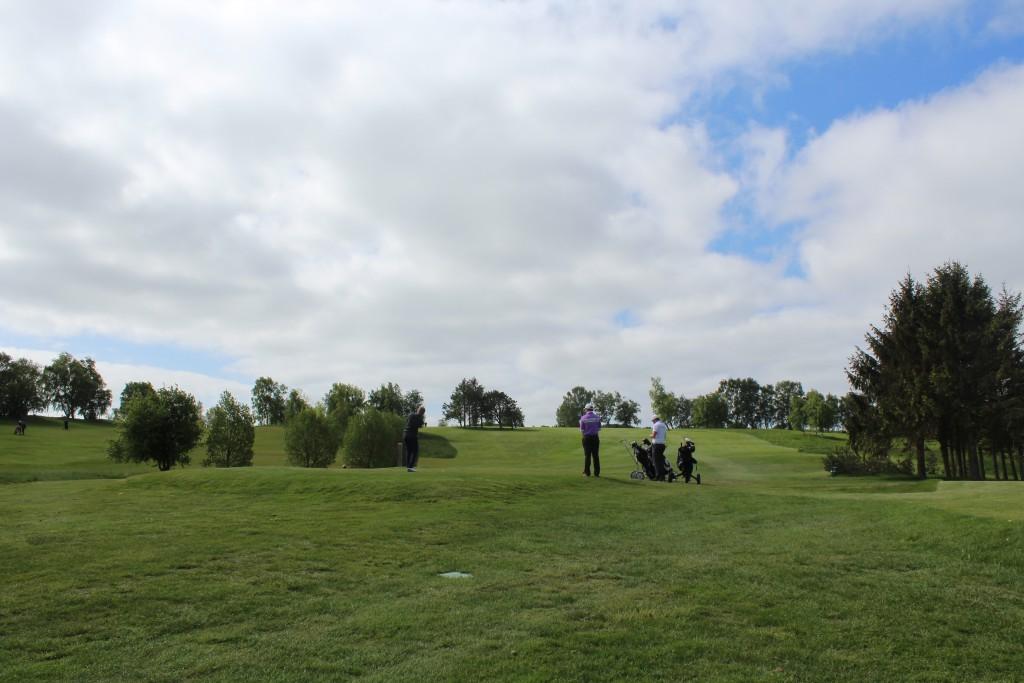 HUL 2, par 4. Alle 3 golfspiller slår med driver fra teested. Foto den 24. maj 2015 af Erik K Abrahamsen