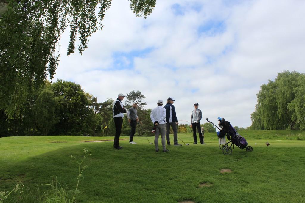 Asserbo Pokalen. Hul 16.3 golfspillere venter på tilladelse til at drive fra tee sted. Foto den 24. maj 2015 af Erik K Abrahamsen