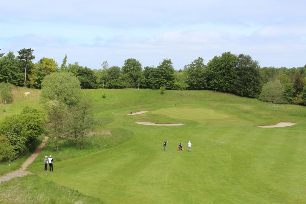 Asserbo Pokalen. HUL 16, par 4. Ligger i 2 slag for golfspiller der slog fra fairway bunker. Foto den 24. maj 2015 af Erik K Abrahamsen