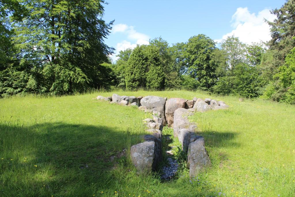 Jættestue fra Yngre Stenalder ca. 32oo F.Kr. beliggende 10 meter fra Helsingevej ved Enghavevej. Foto i retning øst den 9. juni 2´15 af Erik K Abrahamsen
