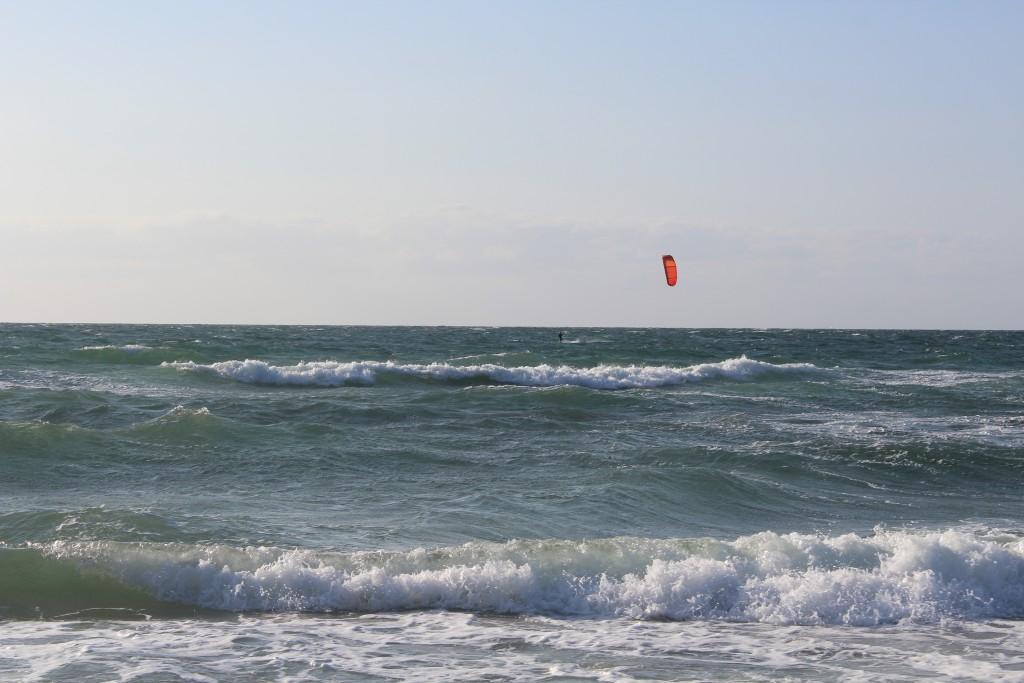 Tisvildeleje Strand, uge 29, 2015Kite surfer på Kattegats bølger. Foto den 18. juli 2015kl. ca. 19 af Erik K Abrahamsen