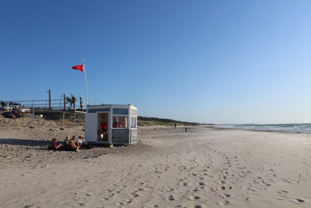Nordsjællands Livredningstjeneste bemandet med 2 livrdeddere. Advarset: Rød flag: Badning yderst farlit . Fot i retning veste den