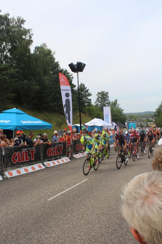 Ankomst af de profressionelle cykelrytter i Post Danmark Rundt 2015efter første omgang af den 4,2 km rundstræning gennem Frederiksværk. Foto den 7. august 2015 af Erik K Abrahamsen