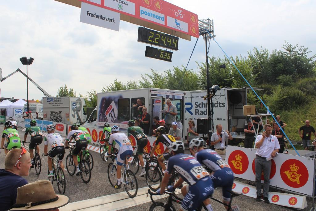 Finale af 4. étape Post Danmark Rundt i Frederiksværk. De sidset professionelle cykelryttter passerer målstren på toppen af Sandkårsvej ca. 6 min efter de hurtigsteryttere. foto den 7. august 2015 af Erik K Abrahamsen