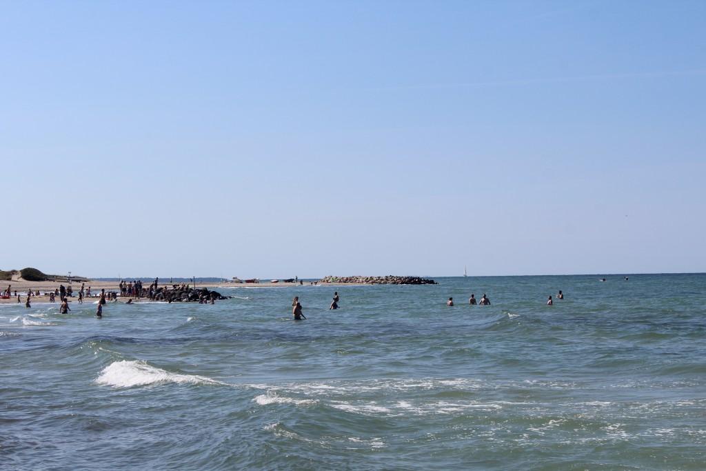 Liseleje Strand. Udsigt mod nord-vest mod bølgebryder og kattegat den 9. august 2015 af Erik K Abrahamsen