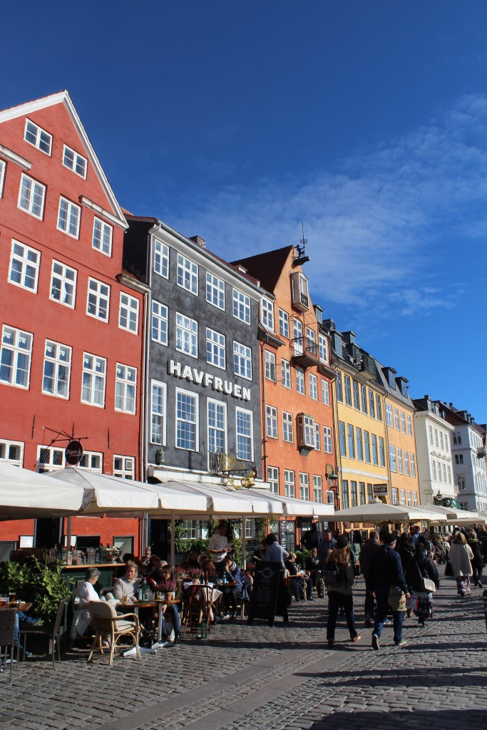 "Nyhavn ""sunny side"" of the canal. Photo 12. october 2015 by Erik K Abrahamsen"