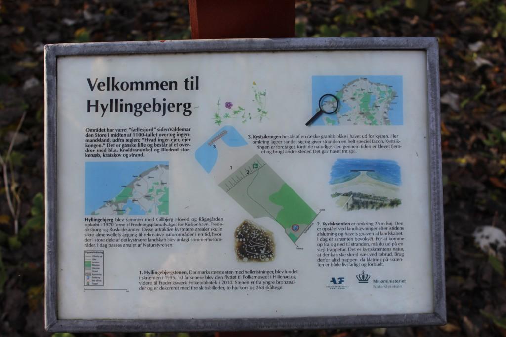 Plance opstillet på den offentlige parkeringsplads på Hyllingebjerg 150 m fra kysten. Foto den 8. november 2015 af Erik K Abrahamsen.
