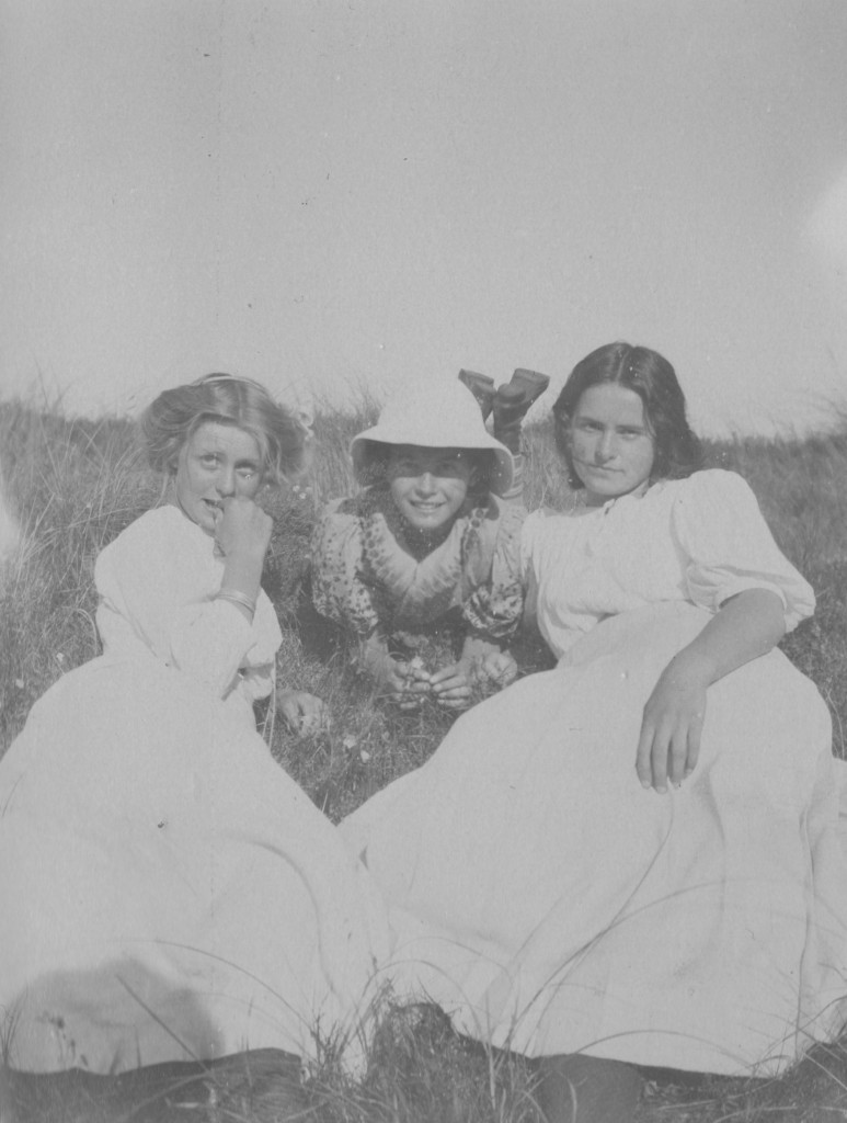 Villla Dagminnne, Skagen. At left Vibeke Krøyer, at right Yvonne Tuxen and in the middle Nina Tuxen. Photo