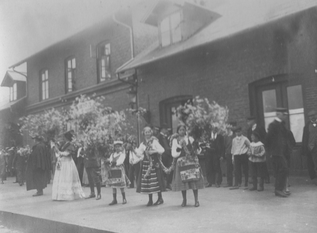 Weicome to guests on Skagen Railway Station. Photo by Laurits Tuxen. Photo from Laurits Tuxen private photo album 1902-27. Scanned january 2016.