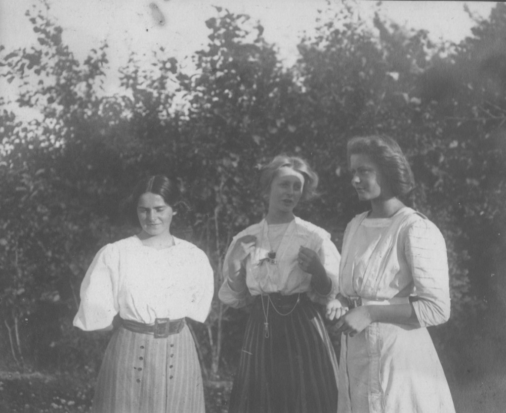 Villa Dagminne. At left Yvonne Tuxen and at right Vibeka Krøyer. Phot from Laurits Tuxen private photo albu 1902-27. Xcanned 2. february 2016.