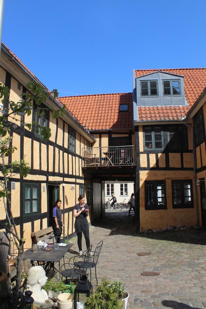 Vestergade. 18 th. century merchant estate. Todau restaurant with outdoor caé in courtyard. Photo 7. may 2016 by Erik K Abrahamsen.