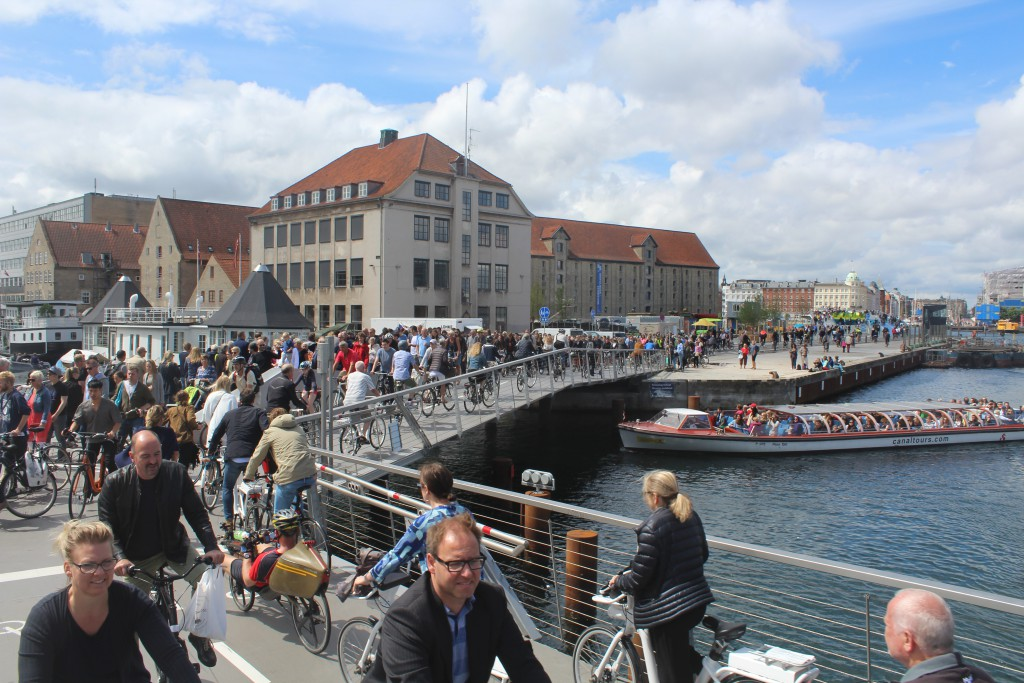 "People passingon walk-and bike bridge ""Trangravsbroen"""