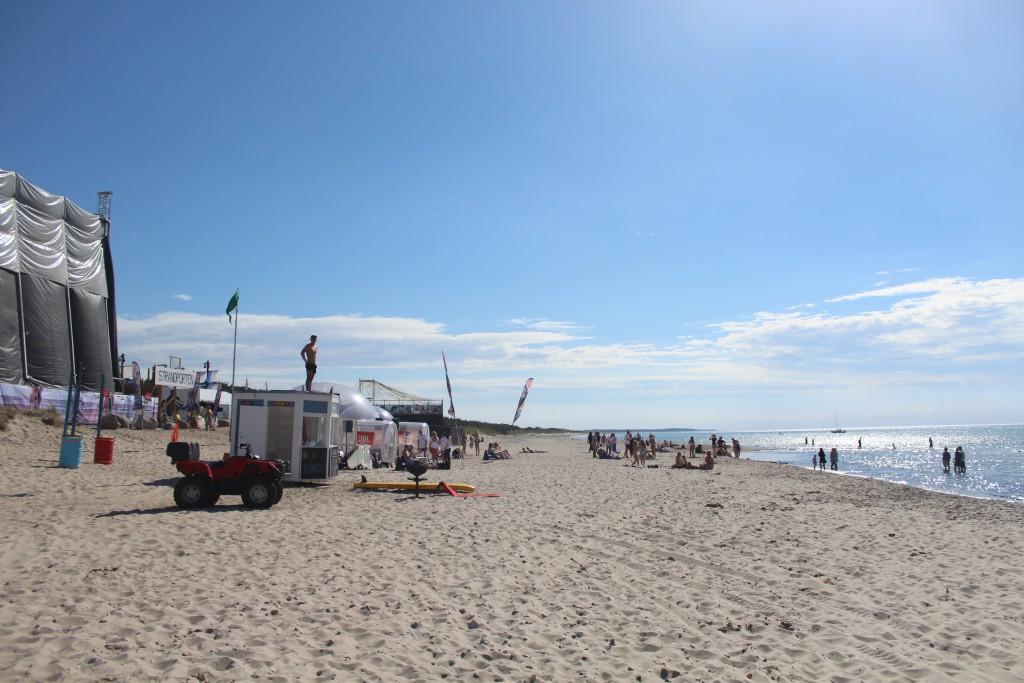 Tisvildelej Strand. Udsigt mod vest mod Tisvilde Hegn og festival plads med indgang STRANDPORT.